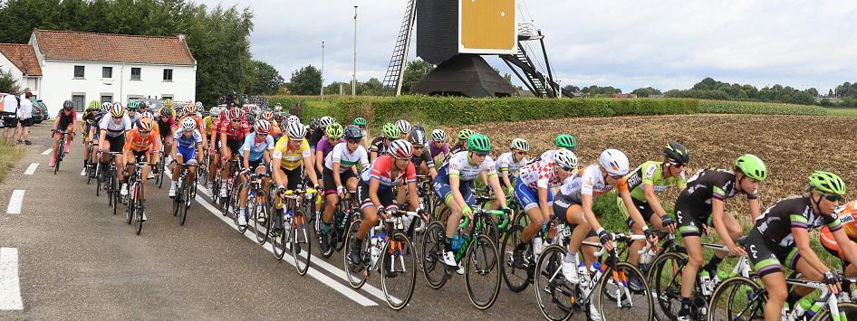 Peloton op weg in de Ladies Tour