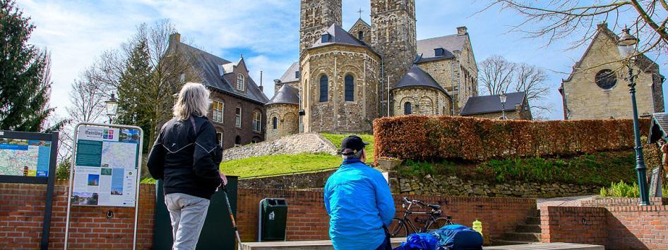 Wandelaars rusten uit bij de basiliek in St. Odiliënberg