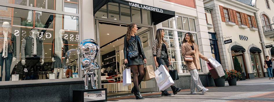 Drie dames zijn aan het shoppen in het Designer Outlet Roermond