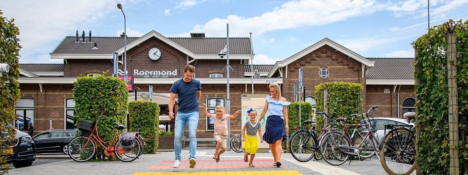 Gezin op zebrapad voor Station Roermond