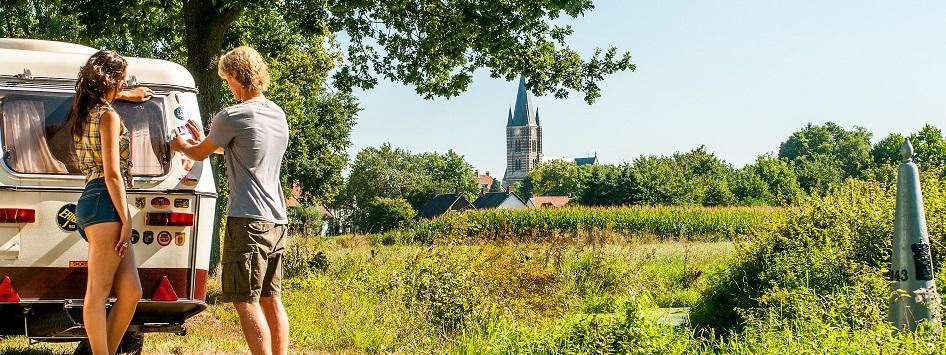 Stelletje bij caravan in Limburg