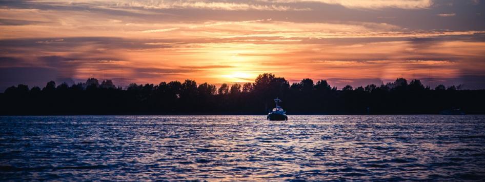 boot op de maasplassen met zonsondergang