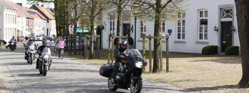 Motoren rijden door dorp