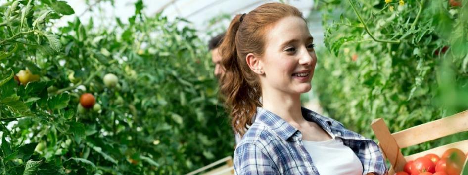Jonge vrouw in een appelboomgaard