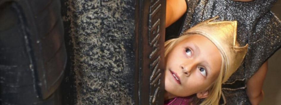 Kind meisje kroon museum