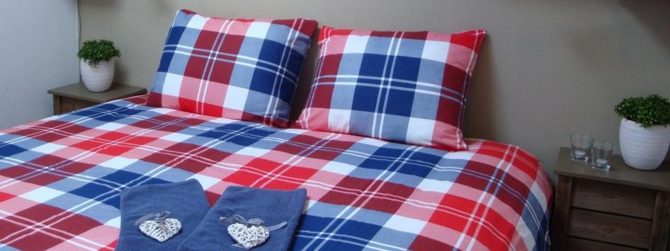 Hotelkamer met opgemaakt bed